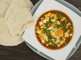 Поширани яйца в пикантен доматен сос